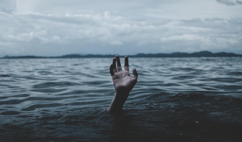 drowning by ian-rX12B5uX7QM-unsplash